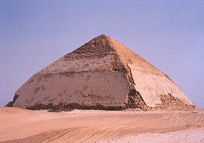 veľmi dobre zachovaná lomená pyramída Snofru, otca Chufu, na pohrebisku v Dášhure