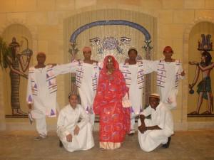 núbijská tanečná skupina v tradičnom odeve