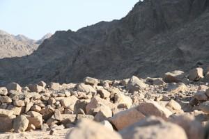 štrkovitá pieskovcovo-vápencová púšť na žulovom podloží