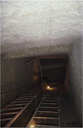pohľad dolu do záhadnej šachty pri pyramíde Rachefa (Chefrena)