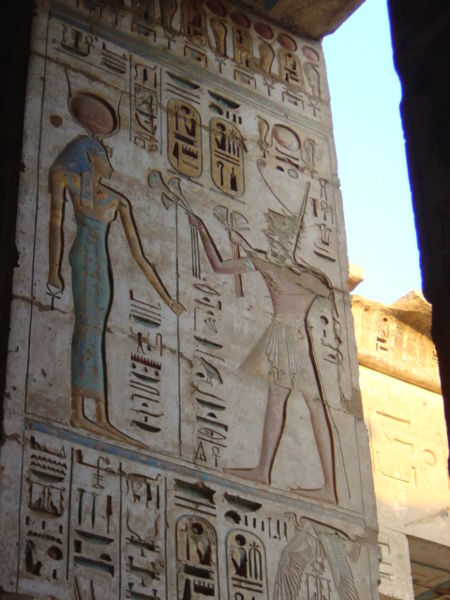 faraón Ramzes III. obetuje bohyni, scéna z Medinet Habu v Luxore