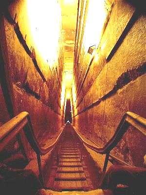 absolútny technický zázrak - žulová chodba, tzv. galéria vo vnútri Chufuovej pyramídy vedie do kráľovej komory