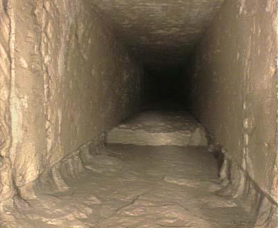 pohľad do južnej šachty z kráľovninej komory v pyramíde Chufu