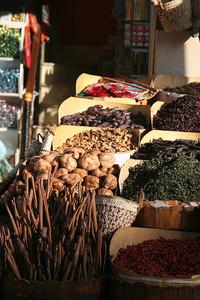 koreniny na trhu v Asuáne, v popredí škoricové lusky