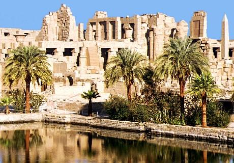 posvätné jazero, v ktorom prevádzali kňazi chrámu 4xdenne rituálnu očistu, v pozadí ruiny mocného Karnaku