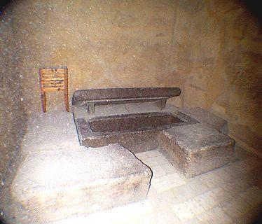 ukážka kamenného podstavca v tvare hieroglyfu PER, dom v Rachefovej pyramíde v Gíze, do vnútra sa vložil sarkofág s telom kráľa