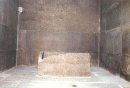 tzv.kráľova komora vo vnútri Chufuovej pyramídy, uprostred prázdny sarkofág