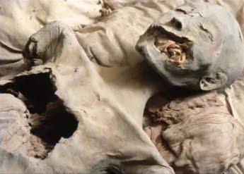 azda lupičmi poškodená múmia matky Tutanchamona