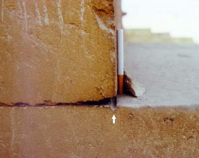 precízne opracovanie vápencového bloku zo severnej steny pyramídy Chufu